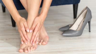 éles fájdalom a láb ízületében járás közben