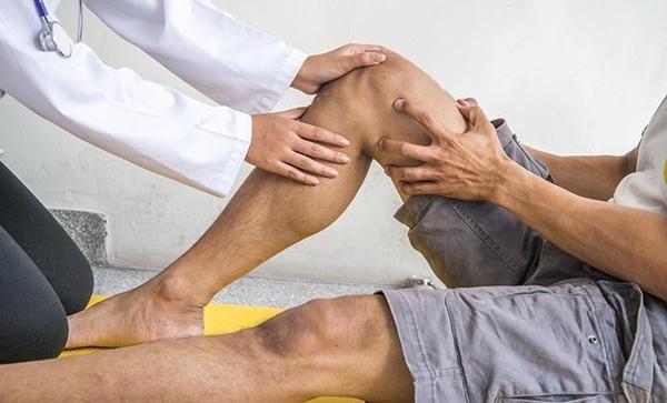 egy 40 éves nőnek ízületi fájdalma van
