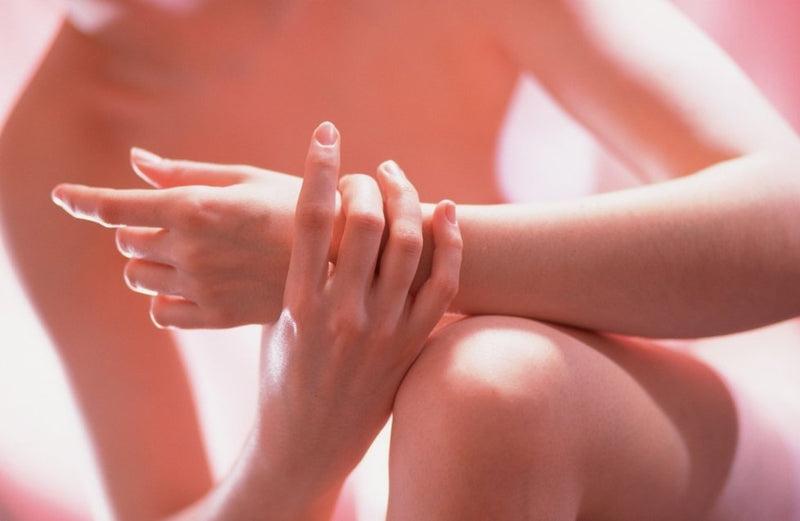 fáj térdízület idős embereknél egy kiütéses kézfogással, hogyan kell kezelni